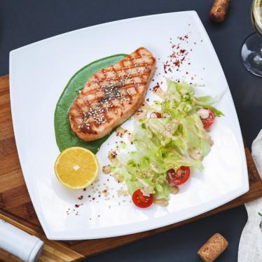 Филе лосося со сливочно — шпинатным соусом