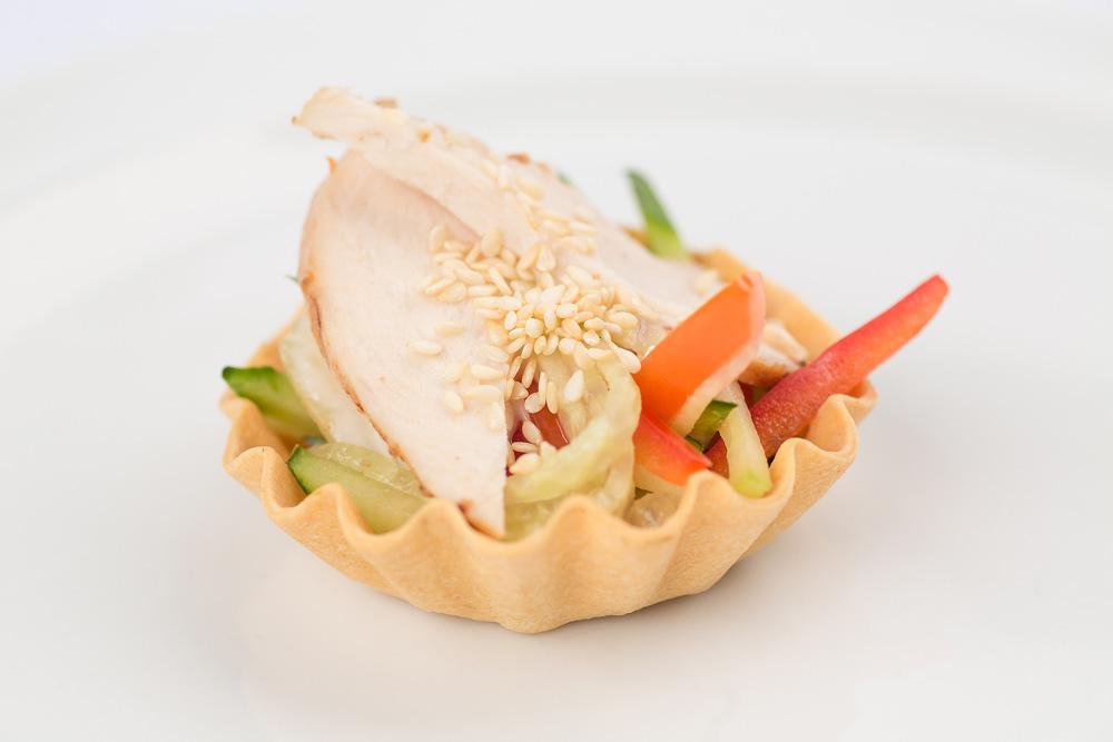 Салат с курицей и овощами  в корзинке